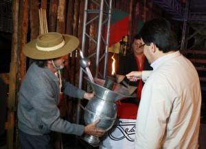 O coordenador da Semana, Amarildo Petry, e o prefeito Neto acendem a chama crioula