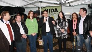 Alberto Giaretta, Viro de Graauw, Daniela Celuppi, Prefeito Neto, Rose Guarda, Lurdes Pazzini e Aires Tomazoni durante ao to de entrega