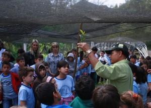 Seu João de Lima, do Viveiro Municipal, explica às crianças os cuidados que as mudas deverão receber para vingar