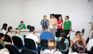 Sentado, Ozório Borges fez a apresentação da nova diretoria: Dalva Zago, Valdemar Bello, Mariane Zilli e Diomar Godinho