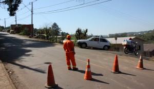 Motoristas que descem pela Maria Goretti encontram barreira, mas desvio garante o acesso sob a ponte
