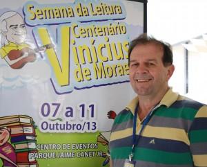 Viro de Graauw, secretário de Educação, ao lado do banner do evento, que inicia na próxima segunda-feira