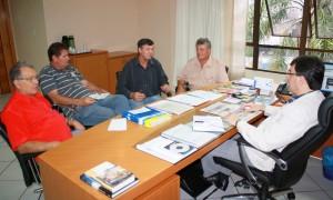 Brizola, Irineu, Lauri e Edimilson com Cantelmo Neto: representantes do Padre Ulrico ficaram satisfeitos com a reunião