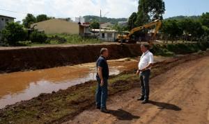 Gustavo Baczinski e Abel Vitto observam o trabalho feito pela Prefeitura no rio Lonqueador