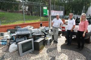 Idair (Ambients), Lucas e Joice da Secretaria de Meio Ambiente junto a parte dos equipamentos e aparelhos descartados