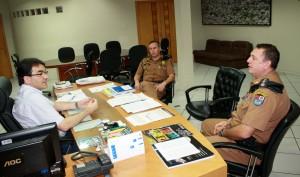 O prefeito Cantelmo Neto recebeu o capitão Rogério Pitz e o major Christian Goldoni no gabinete