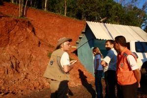 Pedro Augusto, Gross, Vieira e Maria Emília analisam área que corre risco de deslizamento sobre residências, no bairro Cristo Rei