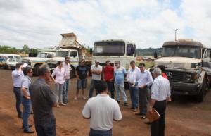 Prefeito Neto esteve na garagem municipal debatendo com operadores e chefes de setores os caminhões que irão a leilão