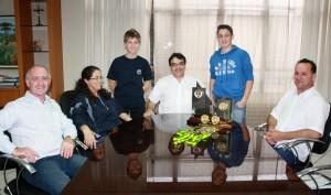 Atletas foram recebidos no gabinete da Prefeitura; na foto, Alceu, Odete, Gabriela, prefeito Neto, Leonardo e Ialmo