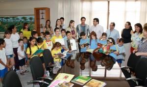 Prefeito Cantelmo Neto com diretores do Itaú, da Secretaria de Educação e professores e alunos contemplados pelo projeto