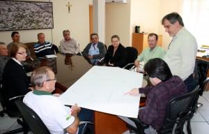 Neto e Scirea mostram aos membros da comunidade o projeto da avenida, que terá até ciclovia