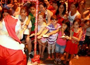 Durante a passagem pelos bairros, Papai Noel recebeu milhares de cartinhas, algumas com pedidos inusitados