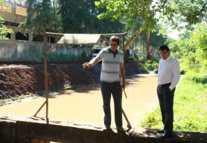 Irineu Flach e o prefeito Cantelmo Neto acompanham o início da dragagem do Urutago, na lateral do Sesi