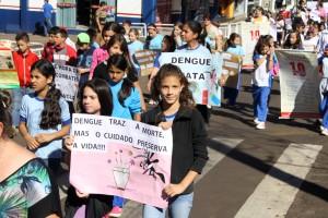Com mensagens de alerta, alunos exibem cartazes feitos por eles próprios para a Caminhada Contra a Dengue