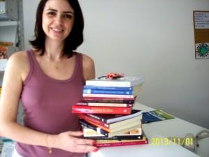 Ivanise Dalcumune doou 16 livros de uma só vez para a Biblioteca