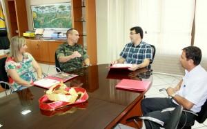 Joice Barivieira, prefeito Cantelmo Neto e José Carlos Vieira receberam o mj. Coutinho no gabinete da Prefeitura
