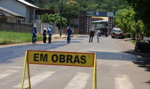 Trabalhadores medem pontos que receberão recape na rua Curitiba; obras são as primeiras visando a implantação do binário, que passará a funcionar dia 22 de janeiro