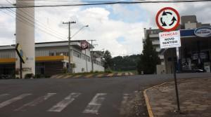 Placas alertando os motoristas já foram instaladas em todas as esquinas das ruas Curitiba e Tenente Camargo