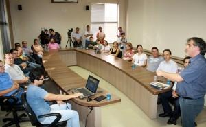 O prefeito em exercício, Eduardo Scirea, apresenta à imprensa os investimentos que serão feitos em Beltrão este ano pelo governo federal, estadual e prefeitura e que devem chegar a R$ 160 milhões