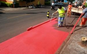 A pintura da ciclofaixa na rua Curitiba iniciou na tarde desta quarta e deve ficar pronta até sexta; no sábado, a Prefeitura fará evento de lançamento e de orientação de ciclistas