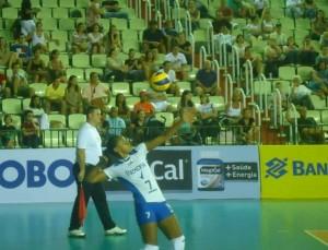 Ao fundo da jogadora, Fernando aparece em um dos momentos de trabalho como juiz de linha