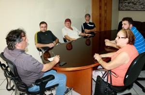 Grupo foi recebido no gabinete e debateu a paralisação do calçamento e melhorias no centro comunitário