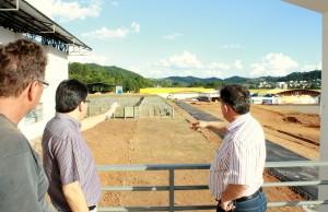 Irineu Flach, Cantelmo Neto e Eduardo Scirea observam o novo espaço que abrigará o setor agropecuário na Expobel e que será uma das novidades da feira