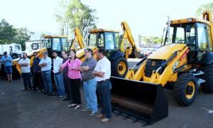 Ladeada pela prefeito em exercício, Eduardo Scirea, e por secretários, Daniela Celuppi discursa durante a entrega de mais um lote de máquinas pela Prefeitura