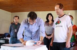 Prefeito Cantelmo Neto assina as ordens de serviço para execução das obras, sábado de manhã no Jacutinga