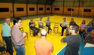 Observado por Dionísio Signorini, Valdecir Baldo, Edio Vescovi e membros da comunidade, prefeito Neto fala durante a entrega simbólica das obras de revitalização