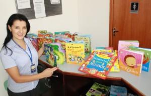A coordenadora Eliane Gerhard com alguns dos novos exemplares: publicações têm formato atrativo para crianças