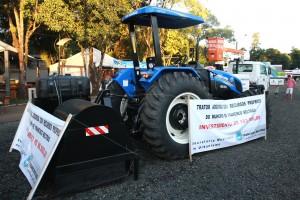 A  máquina e o trator estão expostos no setor de veículos da feira