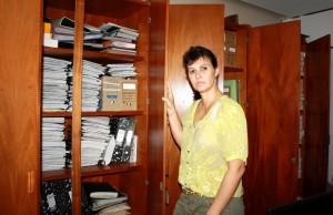 Soraia Quintana, diretora de Cultura, entre os armários de documentos que serão digitalizados no Memorial