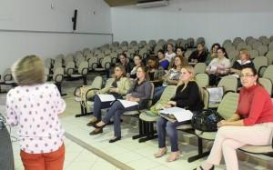Parte dos professores de literatura das escolas municipais durante reunião com a Secretaria de Educação, em que foi apresentada a proposta do evento