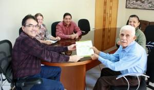 O prefeito Cantelmo Neto entregou pessoalmente a escritura ao seu João Veloso e à filha, Jandira, nesta sexta-feira