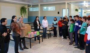 Alunos da Escola Basilio Tiecher foram os primeiros a receber os kits