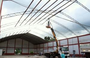 Operários trabalham na desmontagem do barracão do antigo Atacado Industrial, onde será construída a nova escola municipal do bairro, de R$ 3,5 milhões