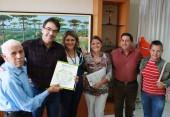 Membros da Assistência Social acompanharam a entrega; na foto, seu João, prefeito Neto, Salete, Ana Lucia, Anildo e Jandira