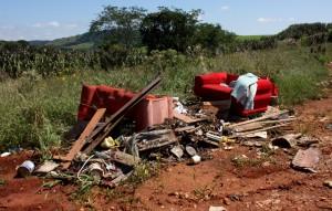 Neste caso, em que entulhos foram jogados às margens de uma estrada rural, o autor do descarte foi identificado e notificado com multa de R$ 3 mil