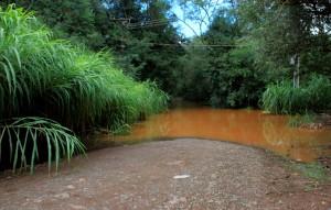 Próximo a estação de coleta da Sanepar, o rio invadiu a estrada e impossibilitou o acesso até a Linha Santa Bárbara