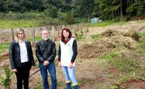 Secretária Joice Barivieira, o engenheiro agrônomo Nelson Morgan e a professora Irony Cella com um dos montes de dejetos de trituração que estão sendo levados ao Colégio Agrícola