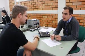 O microempreendedor individual Willian Kobe e Roni Camilo, da Caixa: empresários negociam propostas com cinco instituições financeiras em um único local