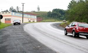Laterais da rodovia receberam limpeza, nivelamento e abas de aceleração e desaceleração