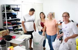 A família do seu Adair trouxe diversas peças de roupas e calçados
