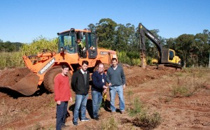 O motorista Deni Chiapetti, engenheiro Vanios Biehl, topógrafo Osvaldo Schoffen e o secretário de Urbanismo José Carlos Vieira acompanham o início dos trabalhos