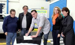 Roberto Pécoits (Fiep), vice prefeito Eduardo Scirea, Jovelina Chaves (Semdetec) e Marta Tesser (Sesi/Senai) observam a assinatura do convênio pelo presidente do Sindirepa, Rafael Liston
