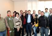Integrantes da Associação Beltronense de Bolão (Abbel) com o deputado Fernando Giacobo, que viabilizou emenda parlamentar para construção da cancha