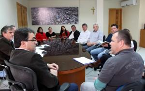 Em reunião com o prefeito Cantelmo Neto e lideranças comunitárias, o chefe da Sanepar, Celço Arisi, explicou os motivos da demora na instalação da rede de esgoto
