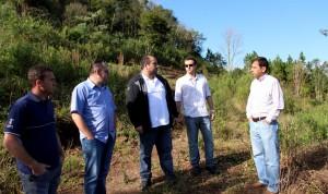 Técnicos e o gerente da Sanepar, Celço Arisi, estiveram no local com o coordenador da Defesa Civil, José Carlos Vieira, avaliando possíveis impactos do desmoronamento no abastecimento de água da cidade