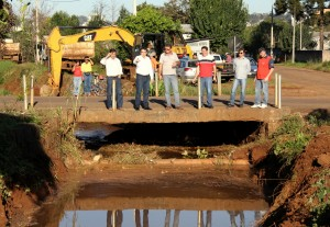 Com José Carlos Vieira, Irineu Flach, vereador Aires Tomazoni e moradores, o prefeito Cantelmo Neto acompanhou o trabalho de desassoreamento do Córrego Progresso, que iniciou nesta semana